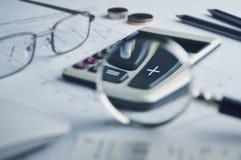 Taschenrechnerknopf plus und Lupe Stockbild