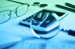 Taschenrechnerknopf plus und Lupe auf Zeichenpapier mit Maßeinteilung backg Lizenzfreie Stockfotos