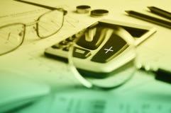 Taschenrechnerknopf plus und Lupe auf Zeichenpapier mit Maßeinteilung backg Lizenzfreies Stockbild