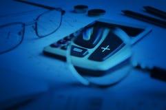 Taschenrechnerknopf plus und Lupe auf Zeichenpapier mit Maßeinteilung backg Lizenzfreie Stockfotografie