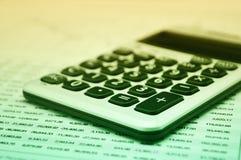 Taschenrechnerknopfplus auf Finanzzeichenpapier mit Maßeinteilung, GeschäftserfolgKonzept lizenzfreie stockbilder