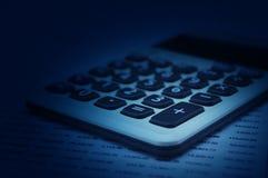 Taschenrechnerknopfplus auf Finanzzeichenpapier mit Ma?einteilung, Gesch?ftserfolgKonzept stockfotos