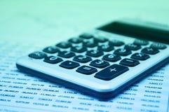 Taschenrechnerknopfplus auf Finanzzeichenpapiers- mit Maßeinteilung, GeschäftserfolgKonzept-, Grünem und Blauemton stockfotografie