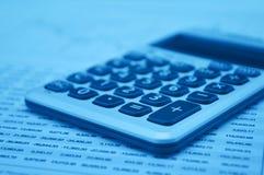 Taschenrechnerknopfplus auf Zeichenpapier mit Maßeinteilung Lizenzfreies Stockfoto