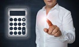 Taschenrechnermit berührungseingabe bildschirm wird durch Mannkonzept bearbeitet Stockbild