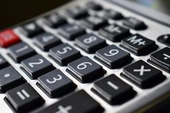 Taschenrechnerschwarzschlüssel mit weißen Zahlen und einem roten Knopf lizenzfreies stockbild