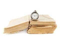 Taschenuhr auf dem alten Buch Stockfoto