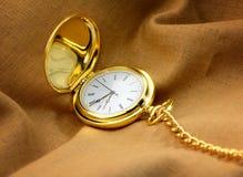 Taschenuhr auf Gewebe stockfotografie