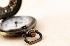 Taschenuhr auf Weinlesepapier Stockfoto