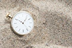 Taschenuhr begraben im Sand Stockbilder