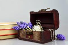 Taschenuhr, Blumen, Bücher und Schatztruhe Lizenzfreie Stockfotos