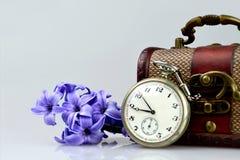 Taschenuhr, -blumen und -Schatztruhe Stockfotografie