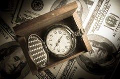 Taschenuhr im hölzernen Kasten auf Geld Lizenzfreie Stockfotos