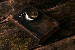 Taschenuhr mit einem alten antiken Bibelbuch und einem alten Kupfer c Stockbilder