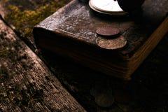 Taschenuhr mit einem alten antiken Bibelbuch und einem alten Kupfer c Lizenzfreies Stockbild