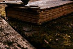 Taschenuhr mit einem alten antiken Bibelbuch und einem alten Kupfer c Lizenzfreie Stockbilder