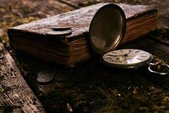 Taschenuhr mit einem alten antiken Bibelbuch und einem alten Kupfer c Stockfoto