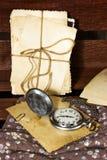 Taschenuhr und alte Fotos lizenzfreie stockbilder