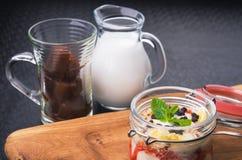 Tasdy deserowy jogurt z granola Obraz Stock