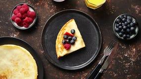 Tasety hemlagad pannkaka på den svarta keramiska plattan