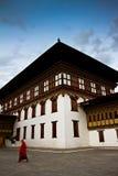 Tashi Chho Dzong Fortress med blåa himlar och munken, Thimpu, Bhutan Royaltyfri Foto