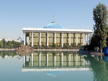 Tasjkent Majlis med dess reflexion i ett damm 2007 Arkivbild
