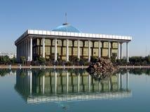 Tasjkent Majlis och dess reflexion i ett damm 2007 Arkivbild