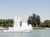Tasjkent springbrunnarna på självständighetfyrkanten 2007 Arkivbild