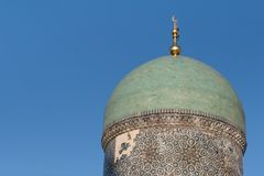 TASJKENT UZBEKISTAN - December 9, 2011: Historiskt torn på den Hast imamen Square Royaltyfria Bilder