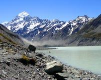 Tasman在Mt.厨师前面的湖和冰川 免版税库存照片