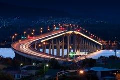 Tasman bro på natten Royaltyfri Bild