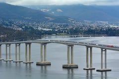 Tasman bro som spänner över över den Derwent floden i Tasmanien Australien royaltyfria foton