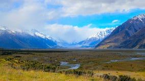 Tasman-Fluss fließt in Sommer Lizenzfreie Stockbilder