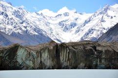 Tasman glaciär på foten av Aoraki, sjö Tasman, Nya Zeeland Arkivbild