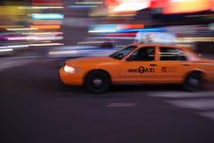 Tassì di New York che guida attraverso il Times Square fotografia stock libera da diritti
