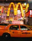 Tassì di New York davanti a McDonalds fotografia stock libera da diritti