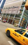 Tassì giallo che guida dall'edificio del New York Times fotografia stock