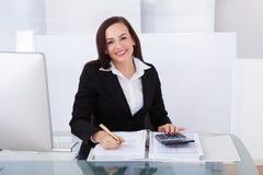 Tassa calcolatrice della donna di affari felice Immagine Stock Libera da Diritti