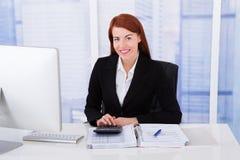 Tassa calcolatrice della donna di affari sicura Fotografia Stock Libera da Diritti