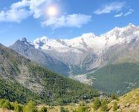 Tassa di Saas con le montagne del surroundinmg Fotografia Stock