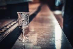 Tasse antique de vin images stock