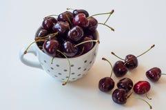 Tasse avec des cerises en été Images stock