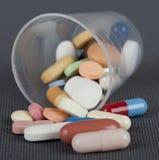 Tasse avec des drogues Photographie stock