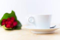 Tasse avec du café, fleur sur la table en bois dans le temps de matin Image libre de droits