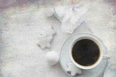 Tasse avec du café, le boîte-cadeau blanc, les biscuits et les boules de Noël, salut Photographie stock