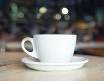Tasse avec du café sur la table Photos stock