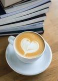 Tasse avec du café sur la table Images stock