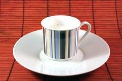 Tasse avec du temps de petit déjeuner de lait et de plat Photo libre de droits