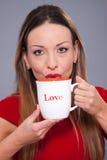 Tasse avec l'amour d'inscription Photographie stock