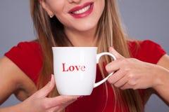 Tasse avec l'amour d'inscription Photographie stock libre de droits